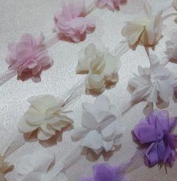 Flori de șifon pe o grilă