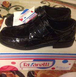 Pantofi noi din piele patentată