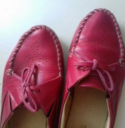 Deri görünümlü ayakkabılar.