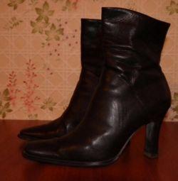 Pantofi negri din piele p 39.