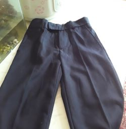 Bir çocuğun okula yeni pantolonunu sat