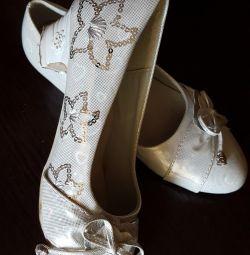 Παπούτσια για ένα κορίτσι.