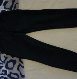Pantaloni pe o fata sau adolescent