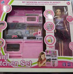 Παιχνίδι κουζίνα με μια κούκλα