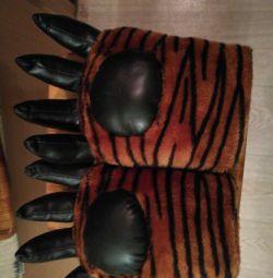 Picioarele unui tigru cu efect sonor.