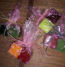 Un set de lumanari colorate într-un pachet