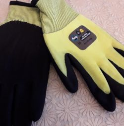 Protective gloves with frost-resistant PVC
