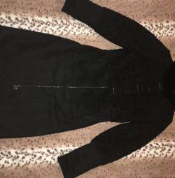 Ένα παλτό από δέρμα προβάτου μιας γυναίκας, το οποίο κάθεται και φαίνεται υπέροχα!