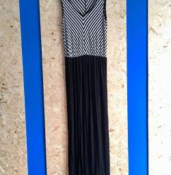 Μακρύ μαύρο και άσπρο φόρεμα στο πάτωμα