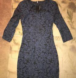 Güzel bir yaka ile elbise