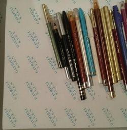 Dudaklar ve gözler için kurşun kalemler.