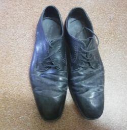 Τα παπούτσια του ανδρικού μεγέθους 41 του Zara