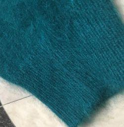 Изумрудного цвета кофта ангора
