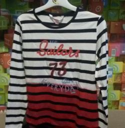 T-shirt with long sleeves.