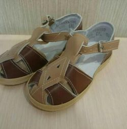 Çocuğa yeni sandalet
