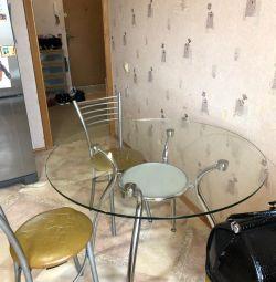 Cam yuvarlak masa ve sandalyeler