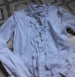 Bluza este albă pentru școală 😊