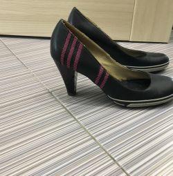 Voi vinde pantofi Jose Amorales