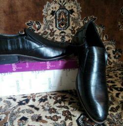 Erkek ayakkabıları satan yeni