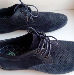 Yeni erkek ayakkabıları tabiatta. süet s.43
