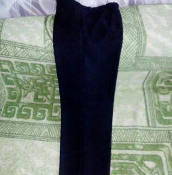 Pantaloni noi la un băiat la școală