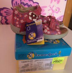 Kızlar için sandalet satıyorum