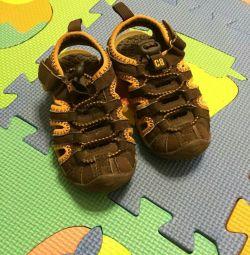 Sandale la un băiat