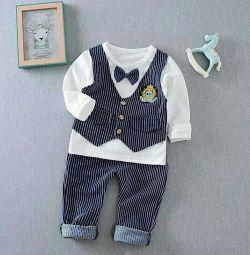 Costumul pentru băiat este albastru în dungi de 1,5-2-3 ani