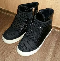 Πολύ όμορφα παπούτσια για ένα κορίτσι