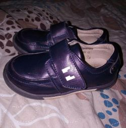 Δύο ζευγάρια παπουτσιών