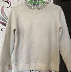 Sweater with stones