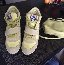 Pantofi de asfalt pe o pană