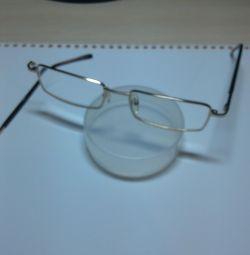 Γυαλιά, σπασμένο τόξο, -1,5 έως -2,5 Διόπτρα, υπόθεση.