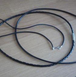 Cabluri de bijuterii în jurul gâtului