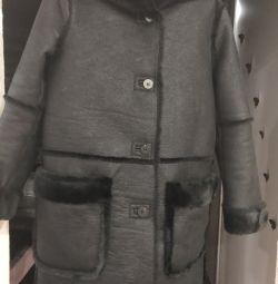 Γυναικείο παλτό από δέρμα προβάτου.
