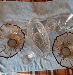 Vaza de cristal cu pahare de vin