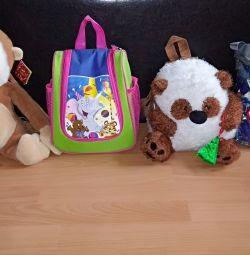 Oyuncakları ile sırt çantaları
