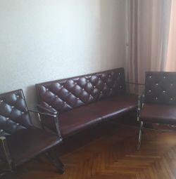Canapeaua și scaunul sunt din piele. cu strasuri