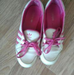 Ανδρικά αθλητικά παπούτσια Adidas, προχωρούν σε προφίλ