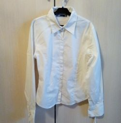 Шкільна біла сорочка.