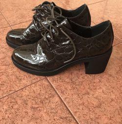 Τα γυναικεία παπούτσια είναι καινούργια.