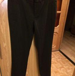 Pantalonii sunt înguste