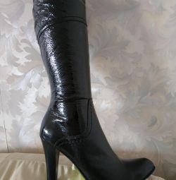 The boots are demi-season.
