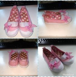 Shoes 4 pairs. 22-23 size for the girl. A package.
