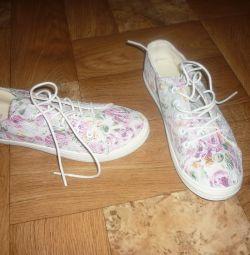 Πολύ όμορφα πάνινα παπούτσια