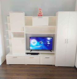 Diapozitiv de perete cu un dulap și o nișă pentru televizor