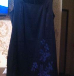 Атласное платье синего цвета, внизу рисунок цветы