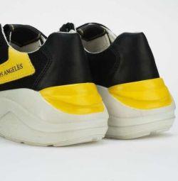 Νέα πάνινα παπούτσια
