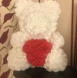 Αρκούδα με τριαντάφυλλα με καρδιά