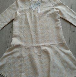 Το φόρεμα είναι θηλυκό νέο
